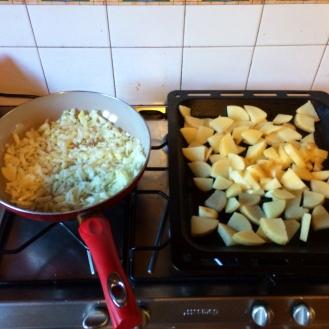 Brambory dáme na pekáč s kořením a olejem. Cibuli smažíme.