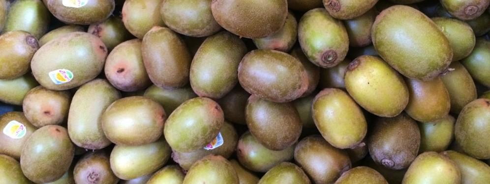 Kiwi třídí kiwi mezi kiwi v kiwi farmě.