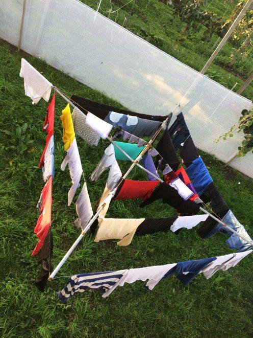 Kvůli této fotce jsem lezl na střechu baráku, tak si ji užijj. Je to skoro všechno moje prádlo.