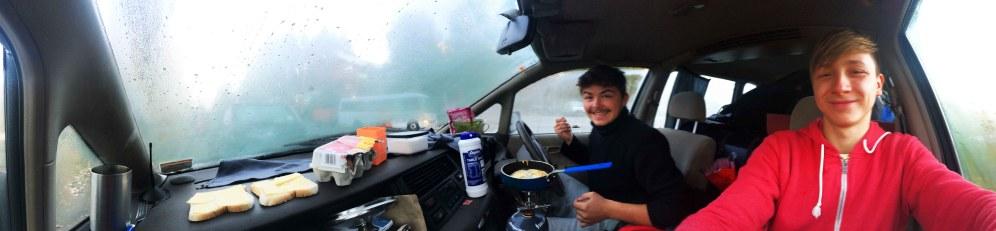 První snídaně v autě. Neboj Dalibore nedopadlo to dobře.