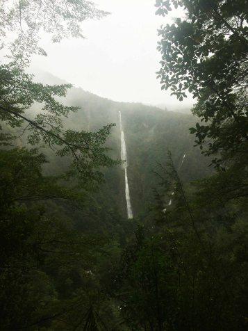 To je ten megahustej vodopád, kde jsem promokli.