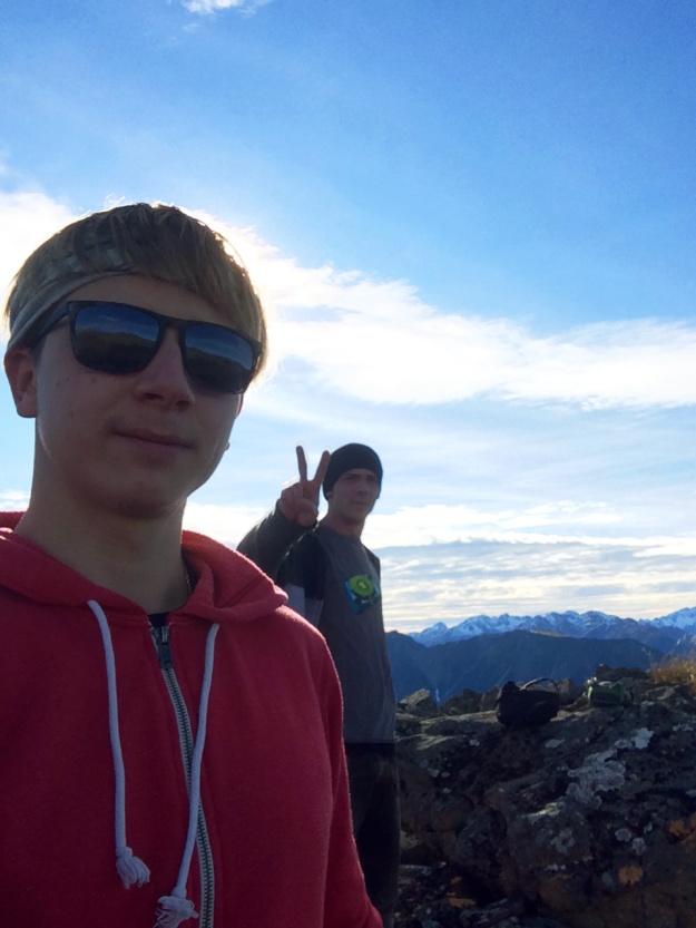 Včera fakáč na panorama selfie a dnes tu rozdává mír.